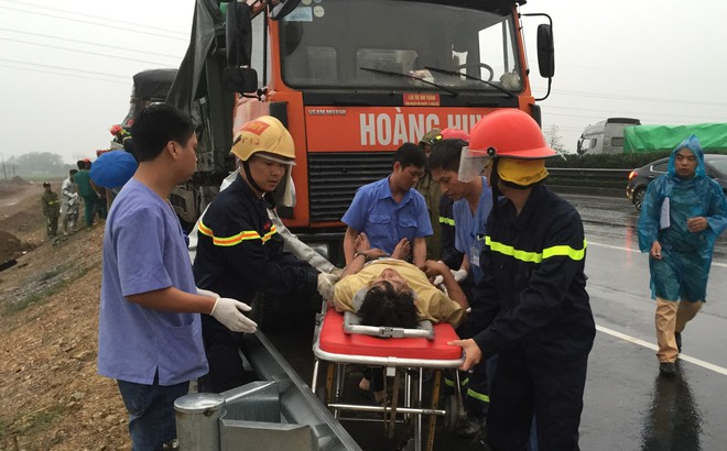 Cảnh sát cứu 3 người kẹt trong cabin sau tai nạn trên cao tốc
