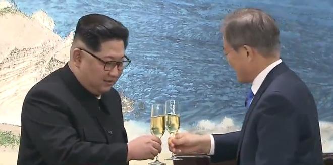 [CẬP NHẬT] Kết thúc thượng đỉnh liên Triều: Lãnh đạo hai bên nắm chặt tay lúc tiễn biệt - Ảnh 3.