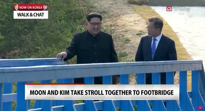 Kết thúc thượng đỉnh liên Triều: Lãnh đạo hai bên nắm chặt tay lúc tiễn biệt - Ảnh 1.