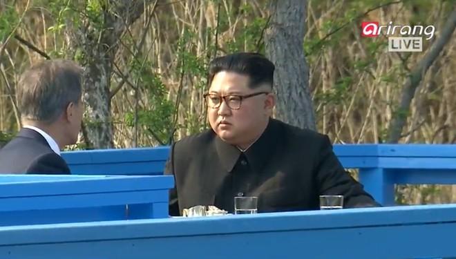 Kết thúc thượng đỉnh liên Triều: Lãnh đạo hai bên nắm chặt tay lúc tiễn biệt - Ảnh 2.