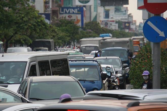 3 ô tô tông liên hoàn, cửa ngõ sân bay Tân Sơn Nhất kẹt cứng 1