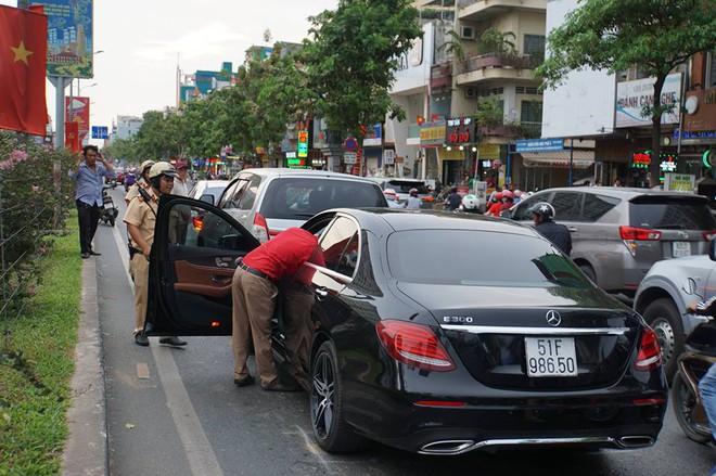 3 ô tô tông liên hoàn, cửa ngõ sân bay Tân Sơn Nhất kẹt cứng 2