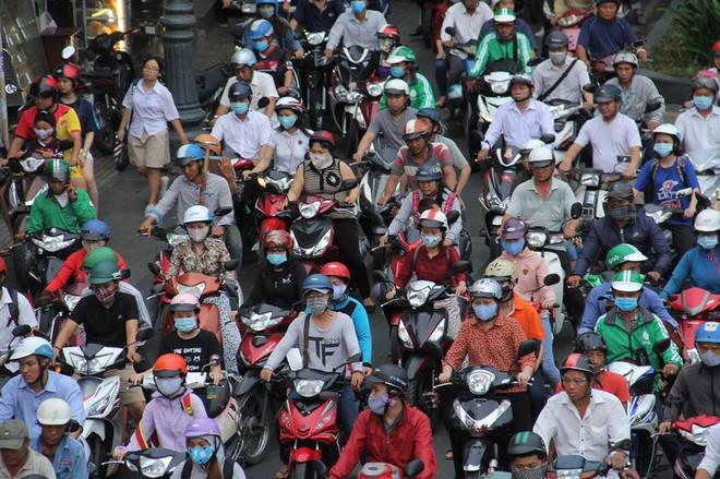 3 ô tô tông liên hoàn, cửa ngõ sân bay Tân Sơn Nhất kẹt cứng 4