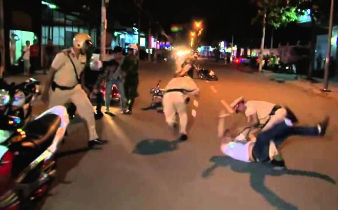 Bị chặn xe, người đàn ông đấm vào mặt chiến sĩ CSGT