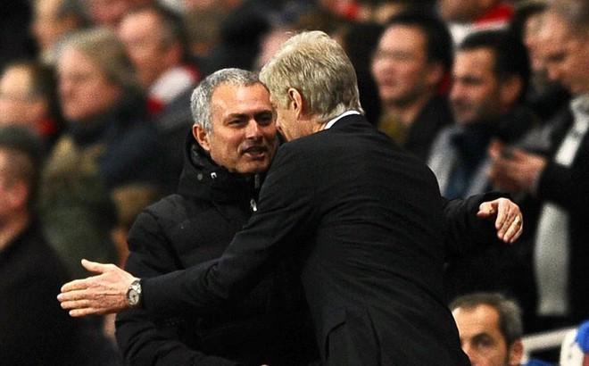 Trước đại chiến Man United, HLV Wenger bất ngờ gửi lời khẩn cầu đến Mourinho