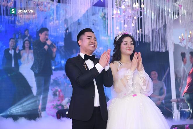 Đám cưới Hữu Công và con gái Mr Đàm: Dân làng ùa ra xem Mr Đàm, Lam Trường hát chúc mừng - Ảnh 8.