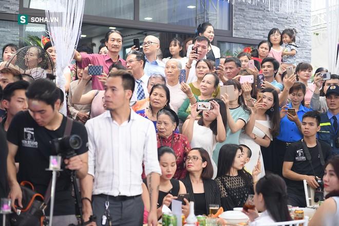 Đám cưới Hữu Công và con gái Mr Đàm: Dân làng ùa ra xem Mr Đàm, Lam Trường hát chúc mừng - Ảnh 18.