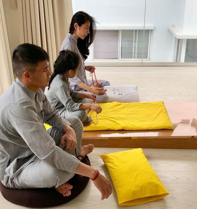 Thuỷ Tiên khâu áo, bấm móng tay cho Công Vinh trong căn biệt thự triệu đô - Ảnh 11.