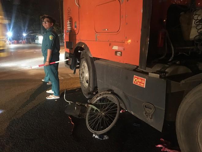 Người phụ nữ nhặt ve chai bị xe container ôm cua cán nát đôi chân - Ảnh 1.