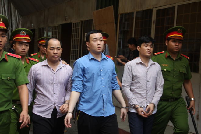 Bị cáo Trương Mạnh Cường (ở giữa) bị áp giải sau phiên tòa.