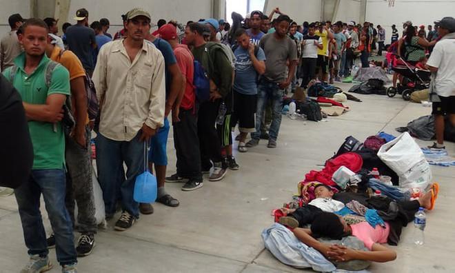 Biên giới Mỹ-Mexico hỗn loạn: Ông Trump nổi giận lôi đình vì chiêu trò của người vượt biên - Ảnh 2.