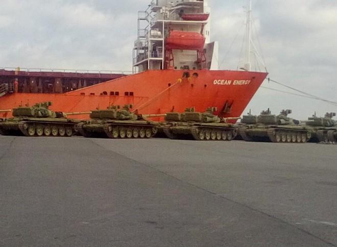 TIN VUI: Xe tăng T-90S về Việt Nam - tàu Ocean Energy đang nhận hàng ở cảng? - Ảnh 1.