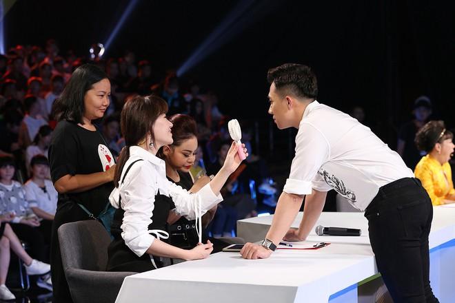 Trấn Thành và Hari Won tình tứ sau hậu trường quay gameshow - Ảnh 2.