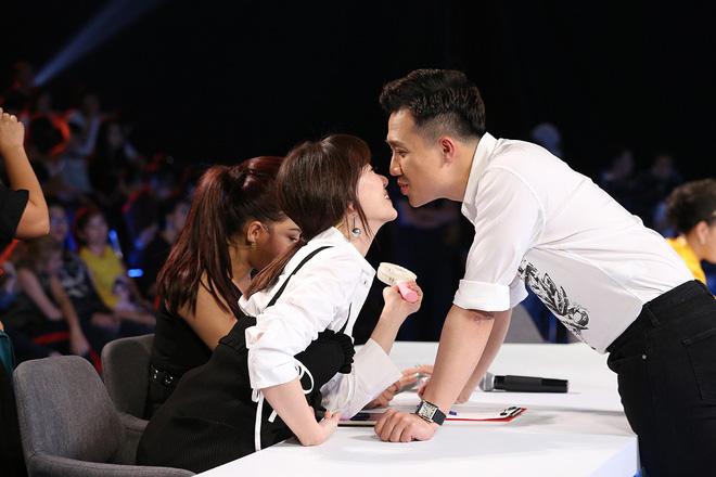 Trấn Thành và Hari Won tình tứ sau hậu trường quay gameshow - Ảnh 3.