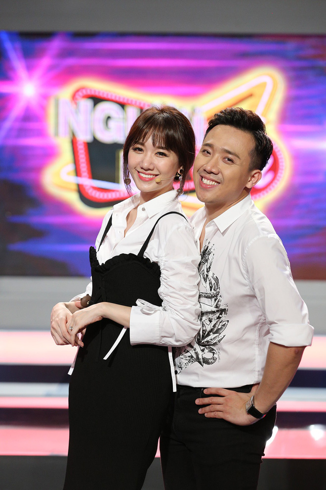 Trấn Thành và Hari Won tình tứ sau hậu trường quay gameshow - Ảnh 1.