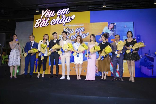 Hoài Lâm đi trễ 2 tiếng, hot girl Thúy Vi chạm mặt tình mới Phan Thành - Ảnh 1.