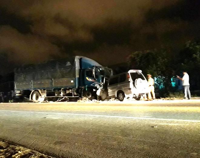 Trung tá công an tử vong sau khi xe 7 chỗ đối đầu xe tải - Ảnh 1.