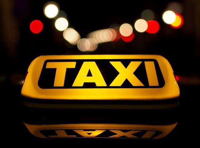 Vô tình nghe được 1 câu chuyện trên đài, 3 năm sau lái xe taxi nhận được thứ không ngờ đến - Ảnh 1.