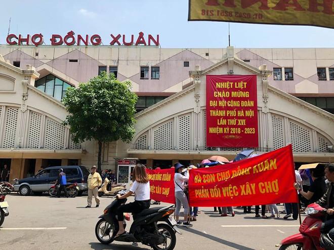 Hàng trăm tiểu thương chợ Đồng Xuân căng băng rôn phản đối vì nghe tin xây mới chợ - Ảnh 1.