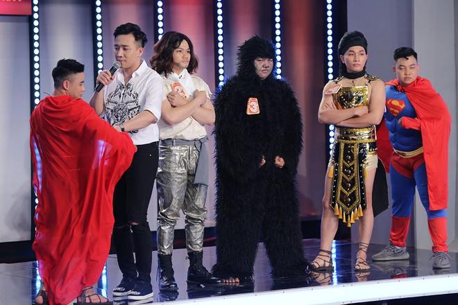 Trước mặt Trấn Thành, Hari Won hồn nhiên sờ bụng 6 múi của vận động viên thể hình chuyển giới - Ảnh 2.