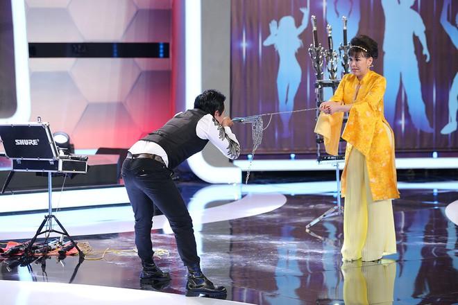 Trước mặt Trấn Thành, Hari Won hồn nhiên sờ bụng 6 múi của vận động viên thể hình chuyển giới - Ảnh 9.