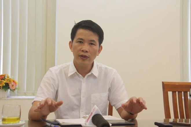 Hàng trăm tiểu thương chợ Đồng Xuân căng băng rôn phản đối vì nghe tin xây mới chợ - Ảnh 2.