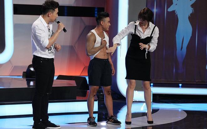 Trước mặt Trấn Thành, Hari Won hồn nhiên sờ bụng 6 múi của vận động viên thể hình chuyển giới