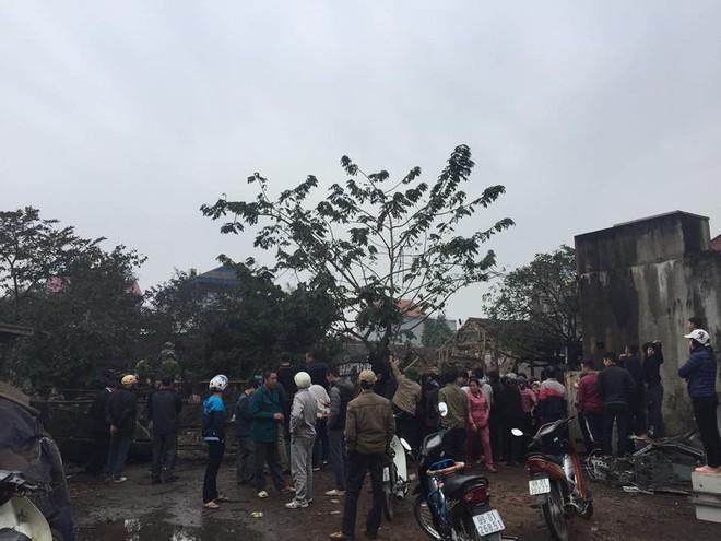 Hiện trường vụ nổ làm 2 người chết, 7 người bị thương, nhiều nhà dân bị tốc mái - Ảnh 4.