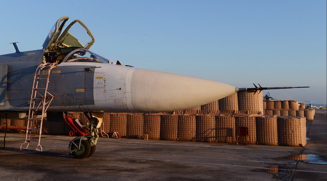 Sợ bị tập kích ở Syria, Nga lập tức giấu chiến đấu cơ Su-34, Su-35 trong... các bao cát - Ảnh 4.