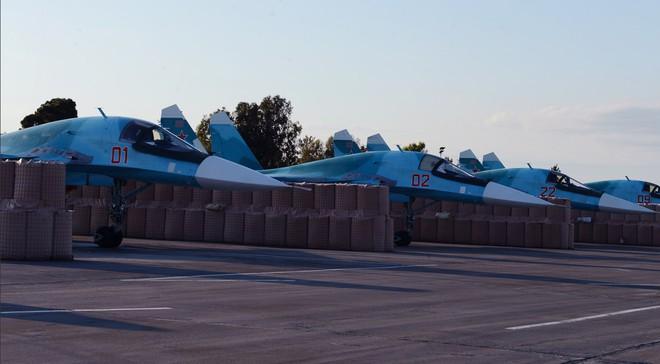 Sợ bị tập kích ở Syria, Nga lập tức giấu chiến đấu cơ Su-34, Su-35 trong... các bao cát - Ảnh 6.