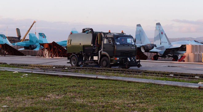 Sợ bị tập kích ở Syria, Nga lập tức giấu chiến đấu cơ Su-34, Su-35 trong... các bao cát - Ảnh 7.