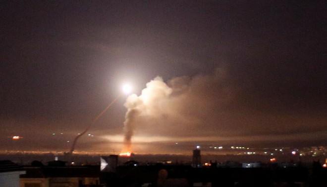 24h qua ảnh: Tro bụi phun trào dữ hội từ núi lửa trên đảo Hawaii - Ảnh 1.