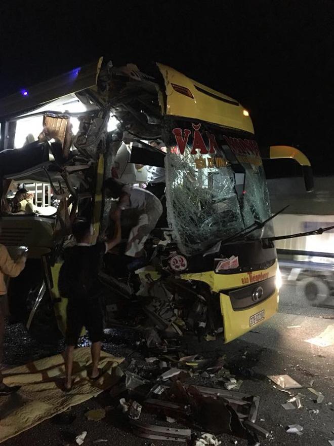 Xe chở khách du lịch bị tông nát đầu: Pha thoát hiểm không tưởng và đêm trắng ở Nghệ An - Ảnh 1.