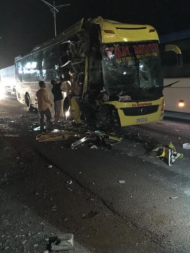 Xe chở khách du lịch bị tông nát đầu: Pha thoát hiểm không tưởng và đêm trắng ở Nghệ An - Ảnh 2.