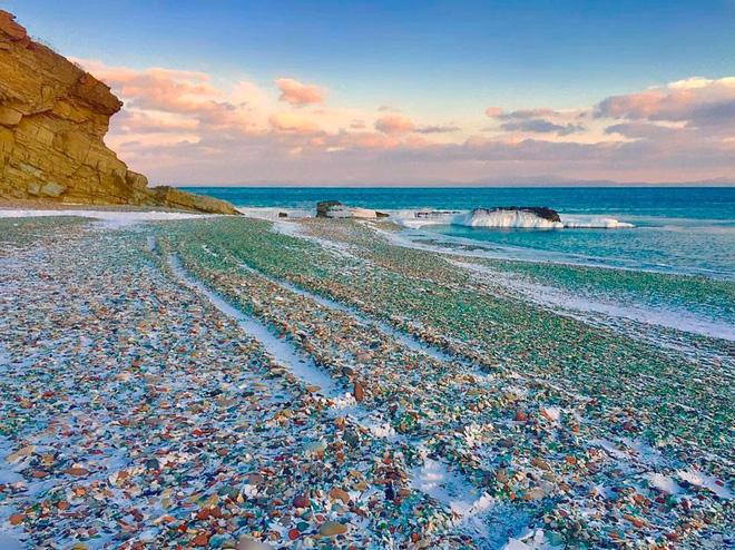 Lạ lùng bãi biển toàn thủy tinh ở Nhật Bản - Ảnh 2.