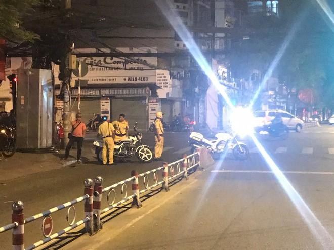 Đột kích 2 nhà hàng trung tâm Sài Gòn, phát hiện hơn 100 tiếp viên hở hang phục vụ khách - Ảnh 1.