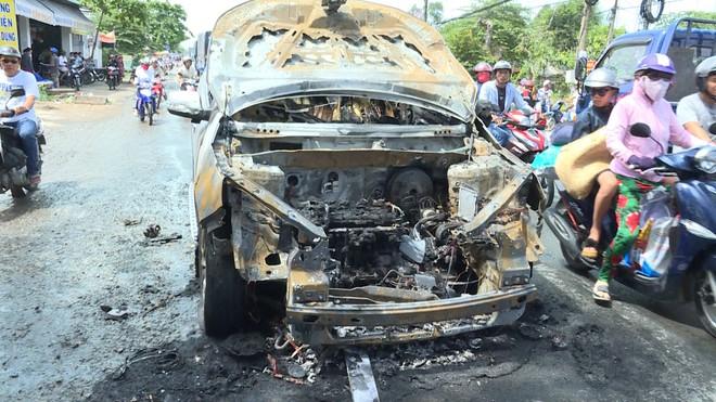 Hai cha con thoát chết khi ô tô 7 chỗ bốc cháy trên Quốc lộ 53 - Ảnh 1.