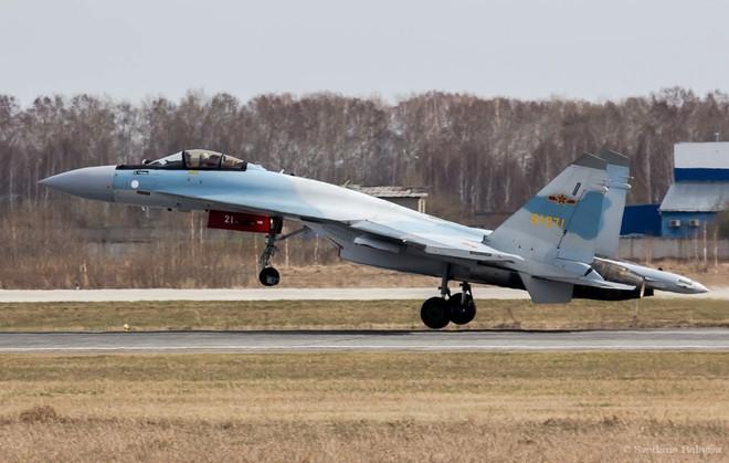 """Tiêm kích Su-35 Trung Quốc """"lượn"""" sang Nga: Nâng cao mức độ nguy hiểm"""