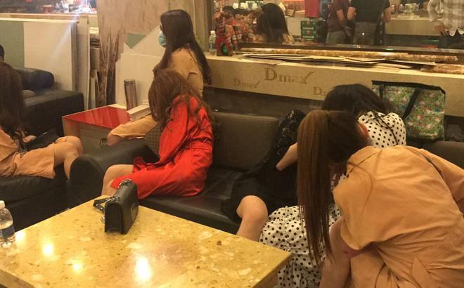 Đột kích 2 nhà hàng trung tâm Sài Gòn, phát hiện hơn 100 tiếp viên hở hang phục vụ khách