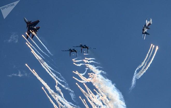 Mãn nhãn màn biểu diễn trên không của máy bay chiến đấu Nga - ảnh 7