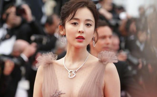 Phạm Băng Băng vắng mặt, người đẹp Tân Cương thành tâm điểm thảm đỏ LHP Cannes