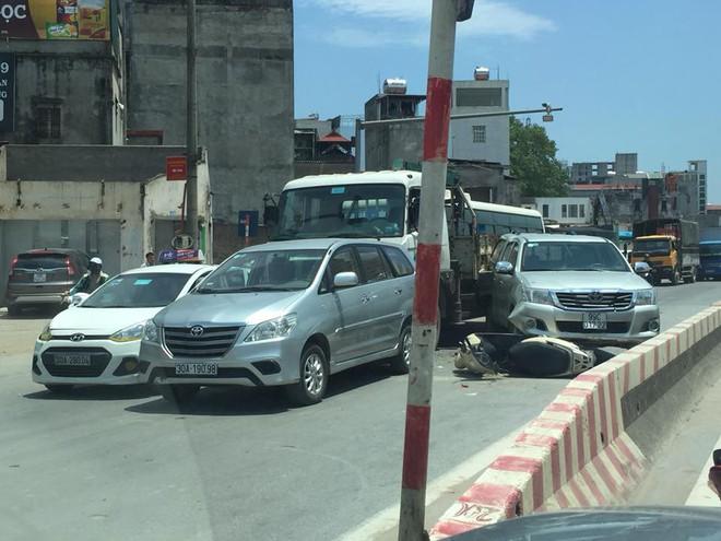 Hiện trường tai nạn liên hoàn trên phố Hà Nội khiến dân mạng đau đầu đi tìm nguyên nhân - Ảnh 2.