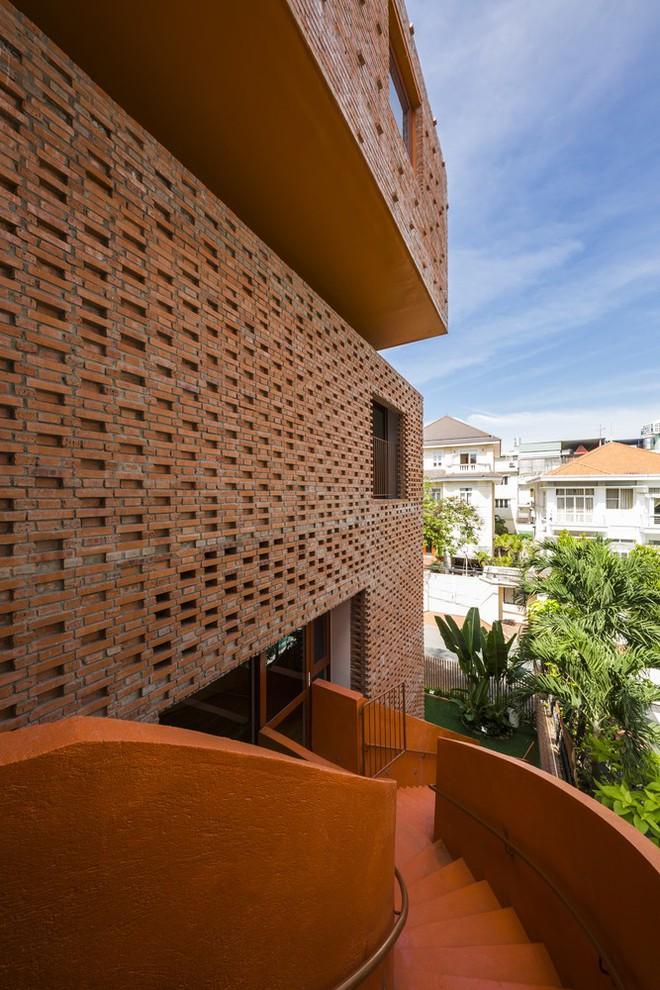 Nhìn bên ngoài là bức tường gạch trần trụi nhưng bên trong là cả một kiệt tác kiến trúc - Ảnh 3.