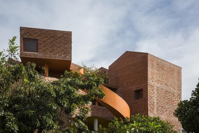 Nhìn bên ngoài là bức tường gạch trần trụi nhưng bên trong là cả một kiệt tác kiến trúc - Ảnh 8.