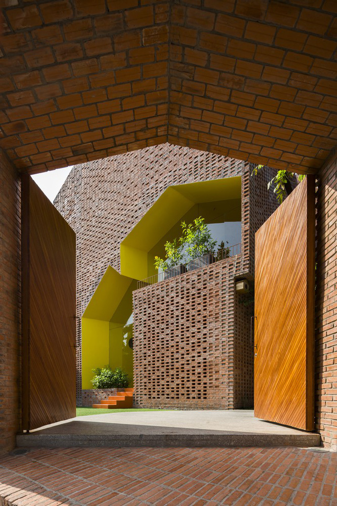 Nhìn bên ngoài là bức tường gạch trần trụi nhưng bên trong là cả một kiệt tác kiến trúc - Ảnh 2.