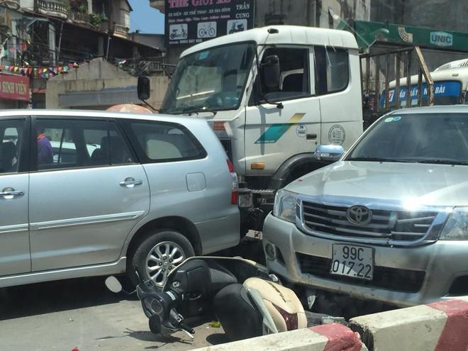 Hiện trường tai nạn liên hoàn trên phố Hà Nội khiến dân mạng đau đầu đi tìm nguyên nhân - Ảnh 3.