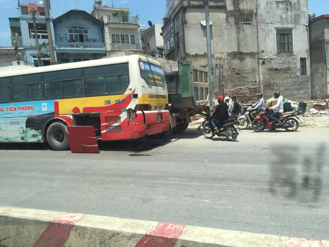 Hiện trường tai nạn liên hoàn trên phố Hà Nội khiến dân mạng đau đầu đi tìm nguyên nhân - Ảnh 4.