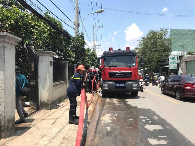 Xưởng mút xốp cháy ngùn ngụt giữa trưa, hàng chục công nhân tháo chạy - Ảnh 2.