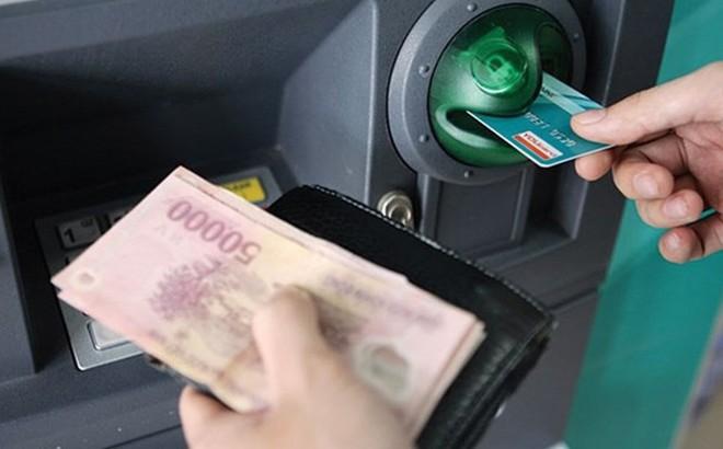 Đề xuất tăng phí chia sẻ giao dịch rút tiền ATM lên 8.800 đồng