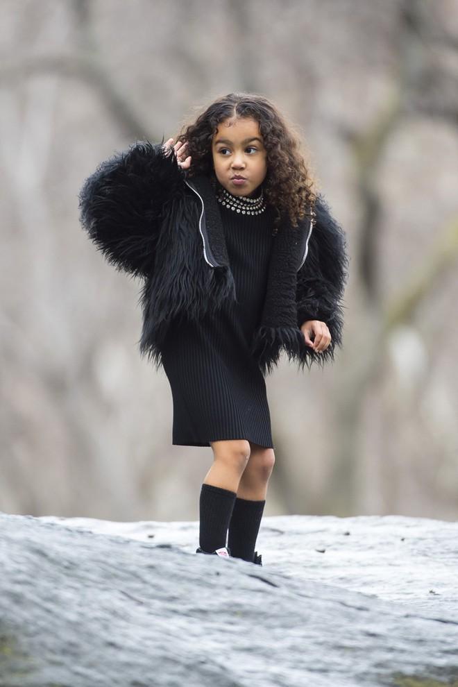 """Con gái Kim """"siêu vòng ba"""": 5 tuổi đã sở hữu tủ đồ hiệu hàng chục tỷ, đi phi cơ riêng - Ảnh 18."""